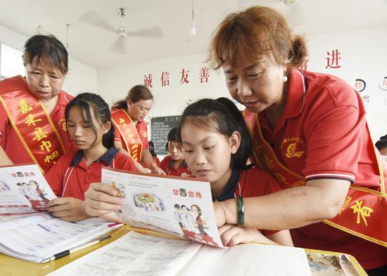 6月23日,嘉禾县东塔学校,禁毒妈妈向学生宣讲禁毒知识。