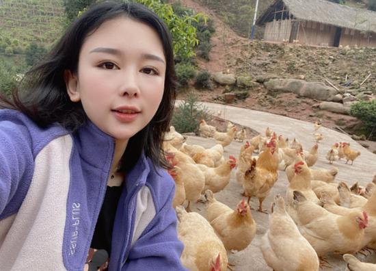 黄丽在兰村乡农户的养鸡基地收购鸡蛋。受访人供图