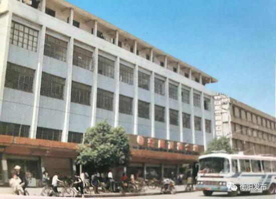 ▲上世纪90年代初的耒阳百货大楼外景。五一路只有单车和公交车。