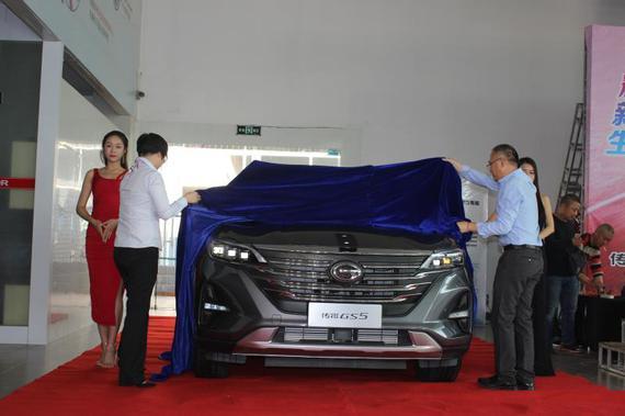 衡阳铭仕店销售总监朱芳女士与全新传祺GS5衡阳首位车主共同为新车揭幕