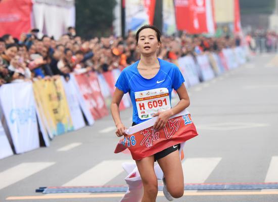 来自山东的赵娜获得女子组冠军。
