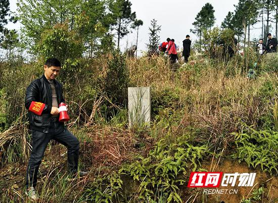 衡东县基层干部在进行森林防火宣传。