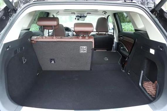 内部的空间对于乘坐的人员来说还是很宽裕的,主驾驶席还提供了按摩座椅功能,整体的豪华感和实用性都是目前WEY品牌力最强的,也是国产SUV中最有竞争力的。