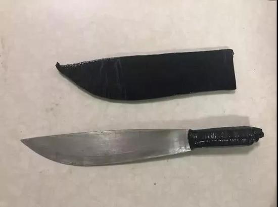 ▲龙某威胁民警所用砍刀