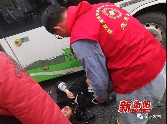 ▲志愿者协助民警帮助车祸患者