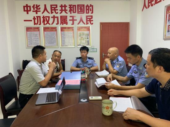 伞铺村村支两委,社区民警向媒体介绍伞铺村乡村平安建设的有关情况