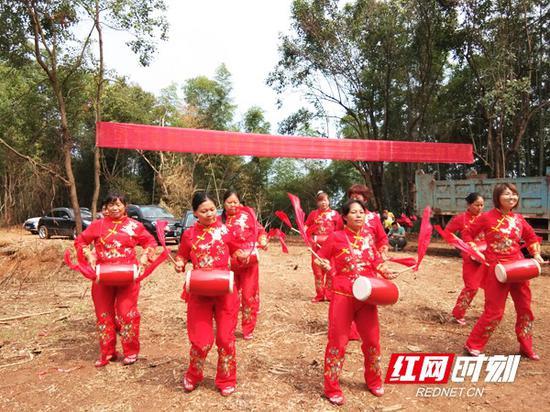 淳朴民风,当地村民自发组织节目欢迎调查团。