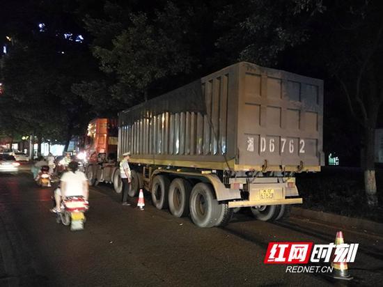 石鼓交警大队根据网友的举报,在湘江北路石鼓广场设点查扣超载大货车。