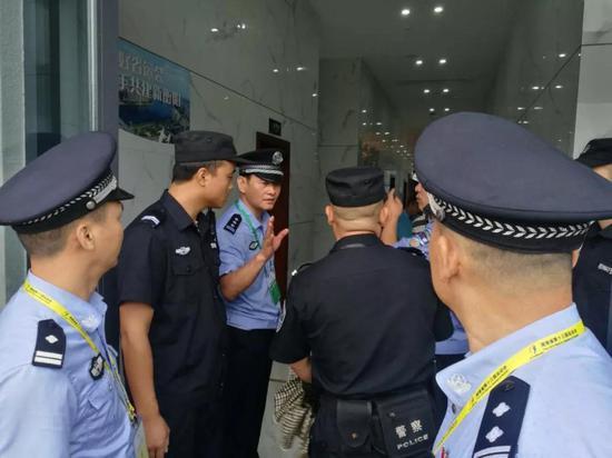 /图为安保指挥部部署检查各区域安保力量/