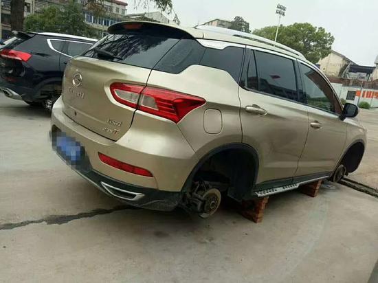 部分轮胎被盗后的车辆照片