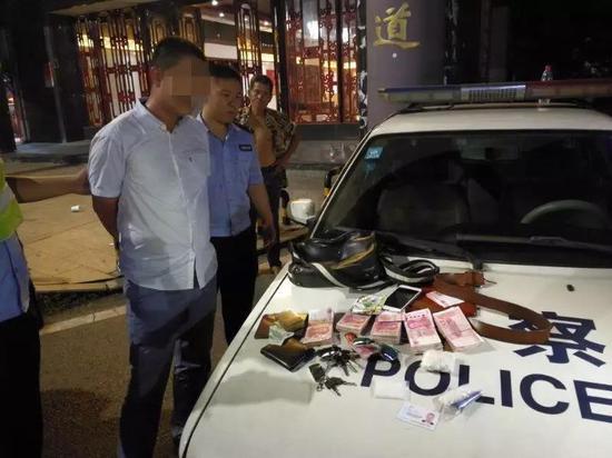 △民警现场查获的犯罪嫌疑人及大量现金和毒品