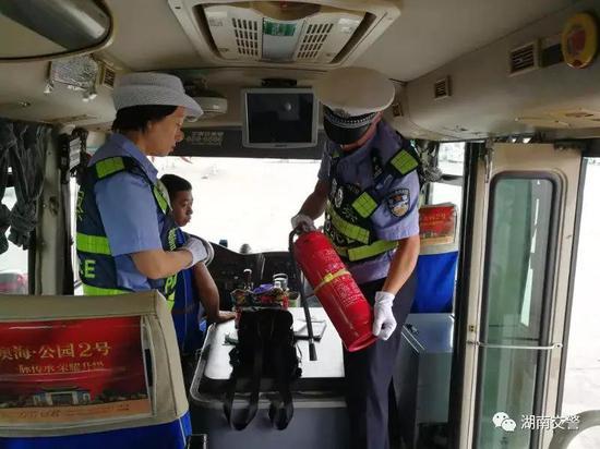 邵阳支队双清大队二中队民警中秋节期间对客运车辆进行安全检查,严查客车超员。