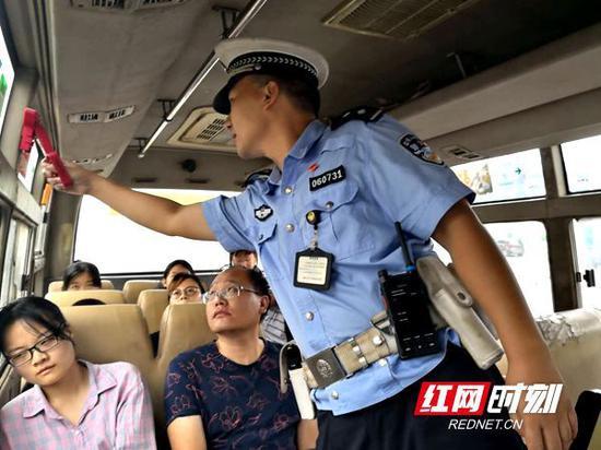 邵阳交警中秋期间对客运车辆进行安全检查,严查客车超员。