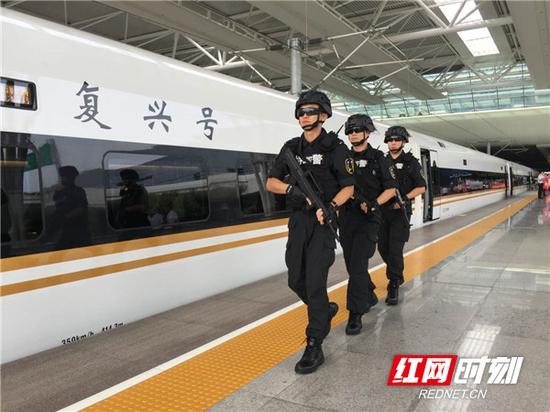 衡阳铁路公安处乘警支队增派警力,维护车站秩序。