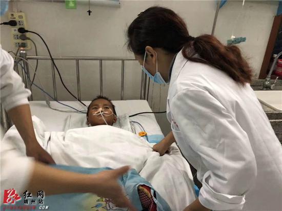 正在接受治疗的5岁男童小勇。