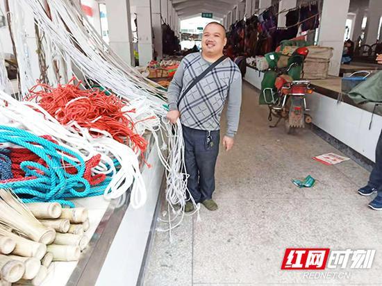 衡东县南湾街上百米间10名残疾人开店经商,走上脱贫致富路。