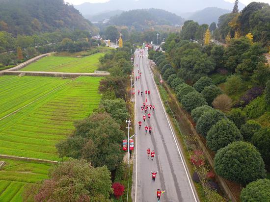 参赛选手跑过韶山村赛段。