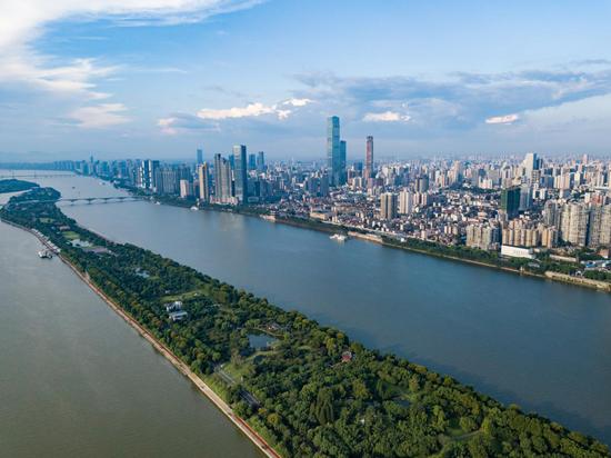 从湘江与橘子洲头远眺IFS T1写字楼。