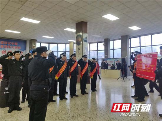 铁路公安民警宣誓。