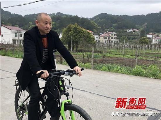 ▲吴益路每天就骑着自行车去贫困户家中走访。