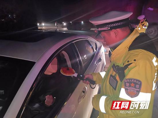 交警严查夜间超速、违规通行、酒驾毒驾等重点违法行为。