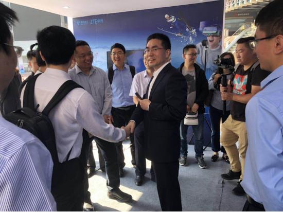 中国电信长沙分公司总经理江乘东在发布会现场接受采访