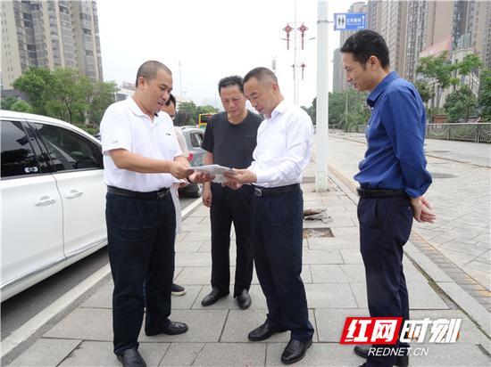 衡阳市住建局党委书记、局长李向阳(右二)听取市政工程公司负责人工作汇报。
