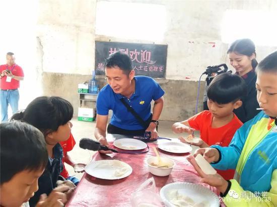 图:衡阳县电视台名记易建军现场采访小朋友
