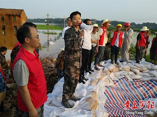 ▲衡南县委书记胡果雄在围堰现场指挥