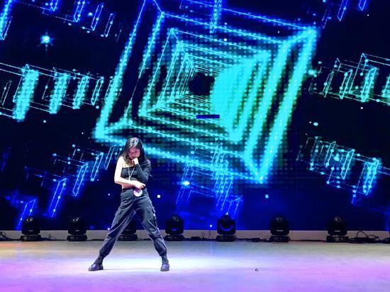 5号选手:湖南涉外经济学院封依萍表演舞蹈《lala lady》