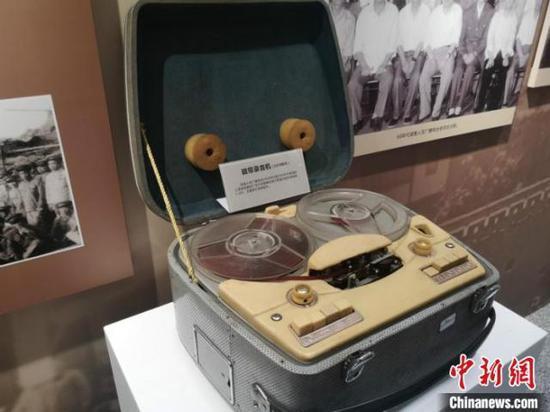 展出的磁带录音机。 刘曼 摄