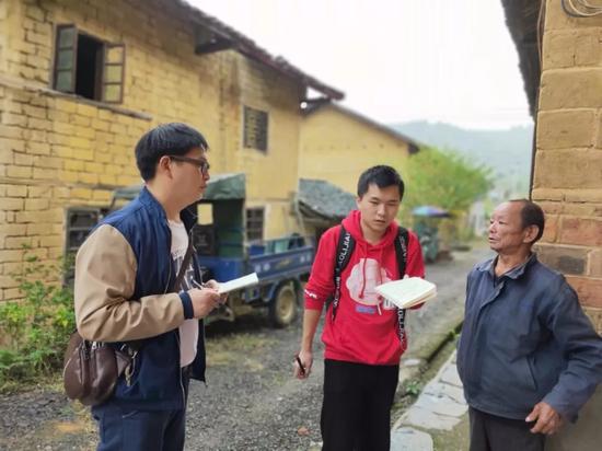 考察组与村民访谈