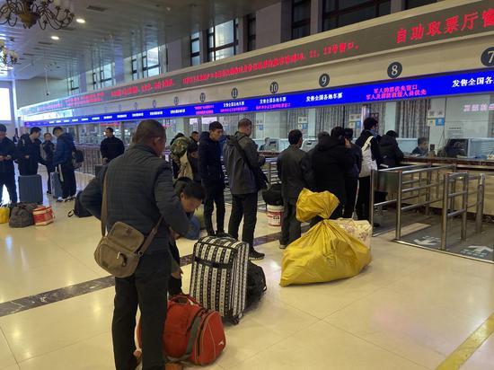 今天上午,旅客在北京站排队购票。摄影/新京报记者 王贵彬