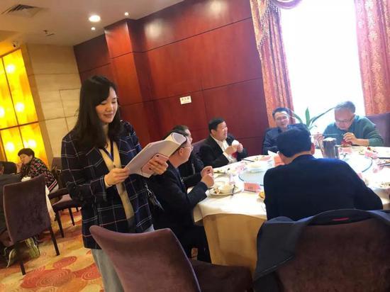 会风会纪监督员正在核查代表委员是否在指定地点用餐