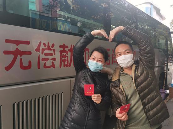 退役军人翁小波与妻子一同献血。