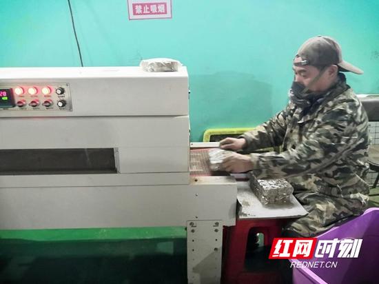 临武县楚江镇艾草制品企业生产工厂内,灌装、碾压、包装、装车等都在有条不紊地进行。