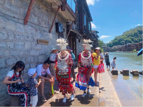 炎炎盛夏,游客们兴致不减 。