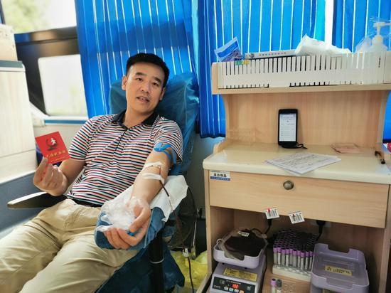 市应急救援事务中心工作人员李鹏第16次参加献血。