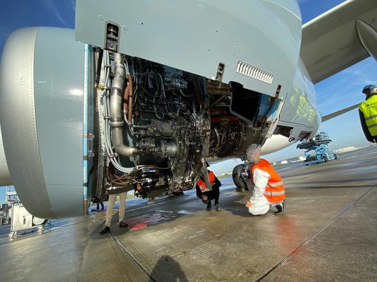 接机维修工作组进行飞机检查