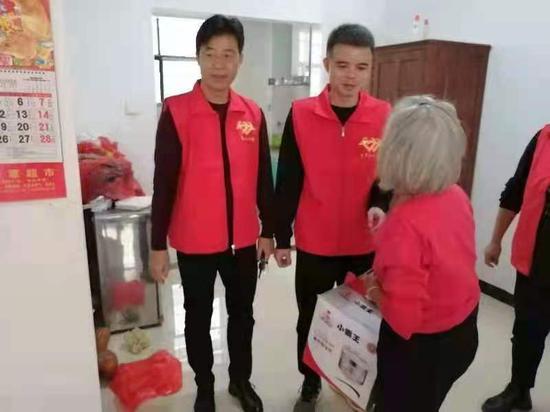 图为王志杰在走访社区困难群众。