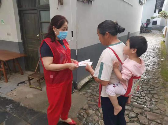 党员向村民宣传无偿献血知识
