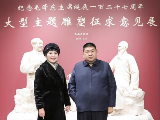 毛新宇将军与作者黄剑在雕塑作品前合影留念