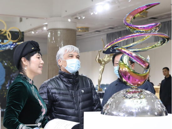 雕塑家黄剑向丁仲礼副委员长介绍北京冬奥会主题雕塑《冬奥之梦》