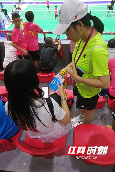 志愿者在场馆内捡到了株洲队某运动员证件挂牌,并第一时间交到了株洲队领队手中。