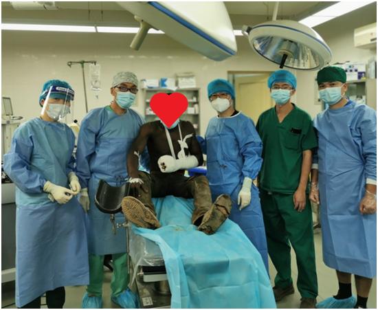 图3:手术结束后,患者同医疗队员们合影留念