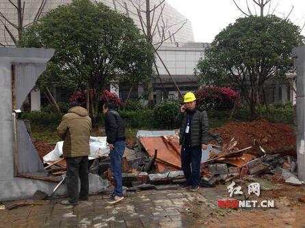 新长沙市博物馆一段围墙被冲垮。