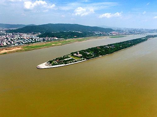 高水位下的长沙橘子洲头附近湘江水域