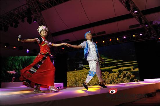 当晚,同时上演了一场湖湘特色文艺表演(现场摄影/赵化锋)。