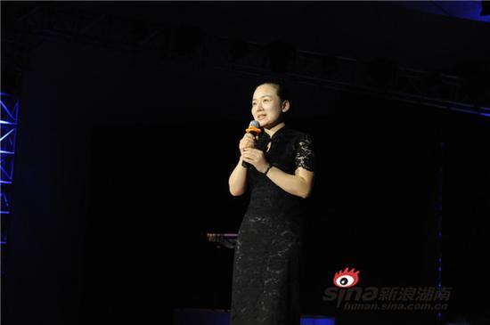 """省文化厅李晖厅长脸带微笑,向观众介绍阿婆的""""西兰卡普""""(现场摄影/赵化锋)。"""