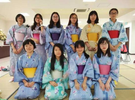 同学们不仅学习语言,更要学习留学目的国的文化。